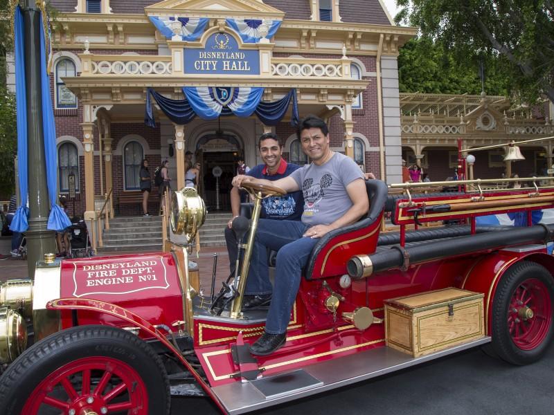 Mira quien vino a Disneylandia~ Mariano Trujillo y Claudio Suarez