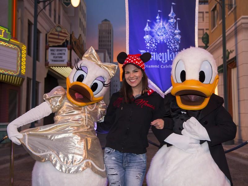 Carmen Sarahi en Disneylandia