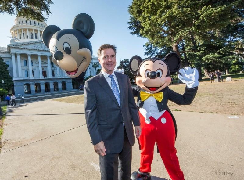 Michael Colglazier y Mickey en el Capitolio de California - Día de Disneylandia - www.old.disneylandiaaldia.com