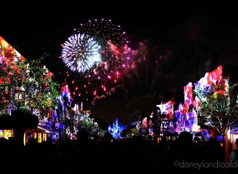 Escena multicolor del show Disneyland Forever - old.disneylandiaaldia.com