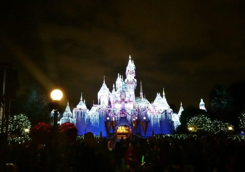 castillo de disneylandia en navidad