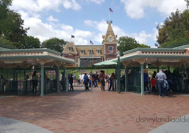 Disneylandia Elimina el uso del Sello de Mano para Volver a Entrar en sus Parques
