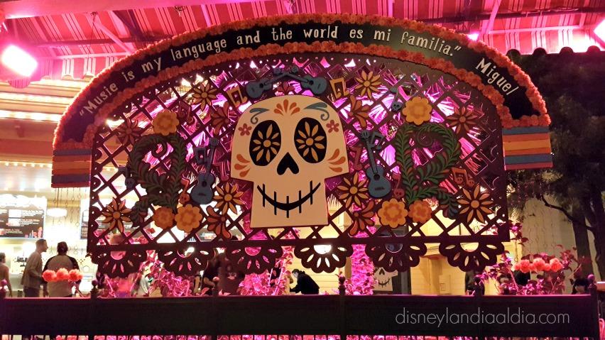 Coco y Plaza de la Familia en Disney California Adventure