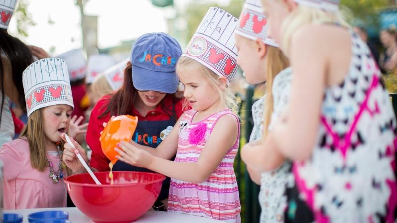 Niños cocinando con un chef