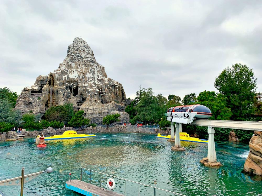Celebrando 60 años con Matterhorn Bobsleds, Disneyland Monorail y Submarine Voyage en Disneylandia